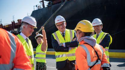 Koning Filip brengt bezoek aan Deurganckdok en steekt havenarbeiders hart onder de riem