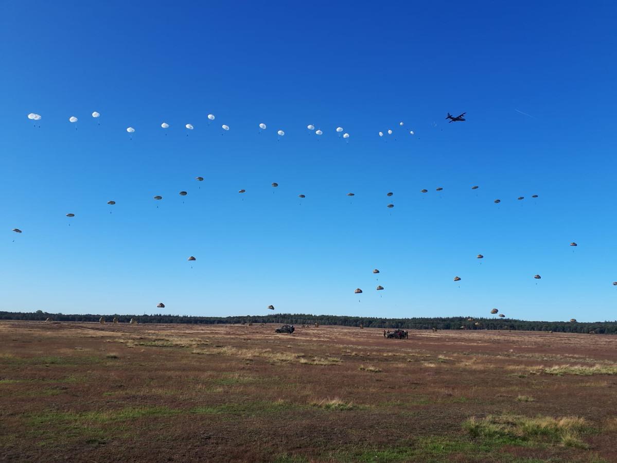 De parachutisten springen boven Ginkelse heide.