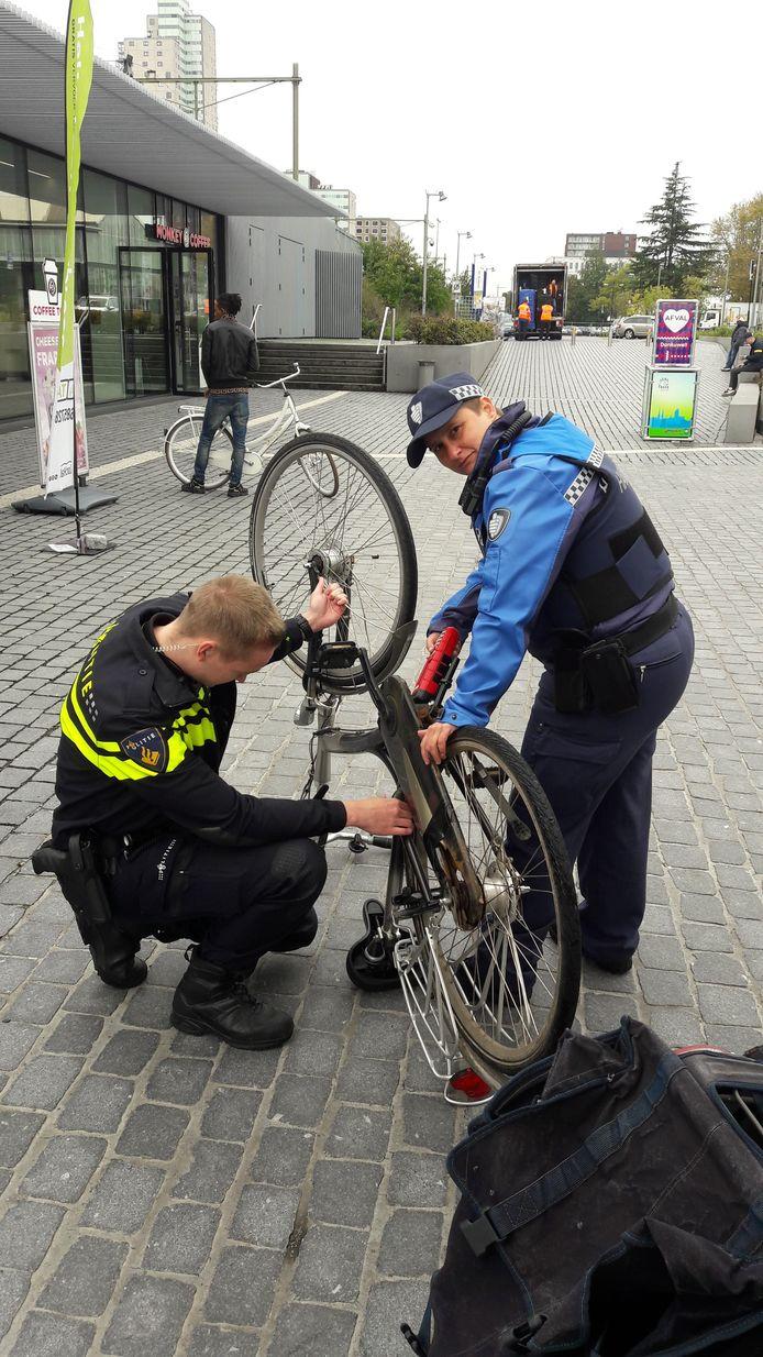 Bij een actie tegen heling wordt een gestolen fiets uit de rekken aan de Burgemeester Brokxlaan gehaald. Rechts Diana Monsieurs van Stadstoezicht.