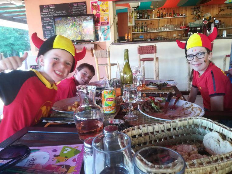 Lieke, Senne en Lore supporteren vanop restaurant, in het rustige Montjay.