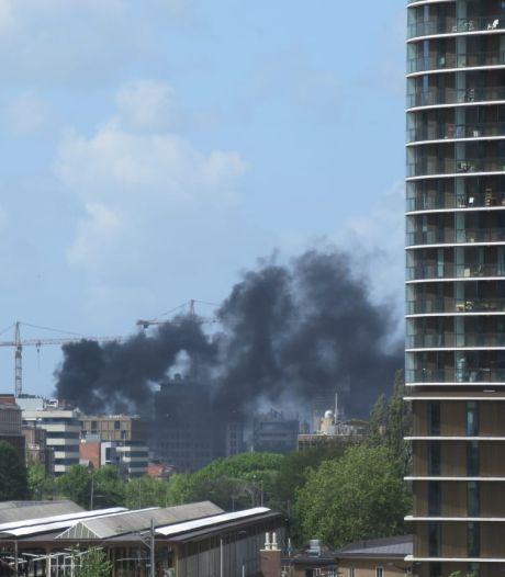 Flinke brand op dak van woningen in Oost