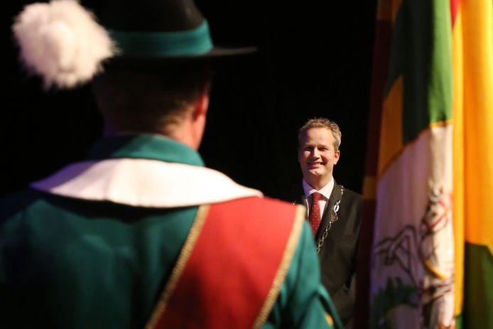 De kersverse burgemeester Evert Weys krijgt een vaandelgroet van de gilden van Hilvarenbeek.