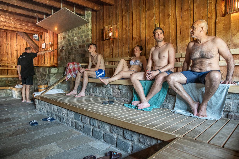Bezoekers tijdens badkledingdag in sauna de Zwaluwhoeve. Volgens vestigingsmanager Sandra Schrijver voelen mensen zich gewoon niet op hun gemak als ze naakt zijn of anderen naakt zien.