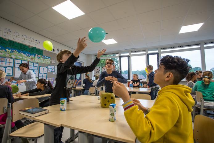 Leerlingen van de St Joseph-school in Lochem krijgen een pakje melk nadat ze een spelletje gedaan hebben. De uitreiking van de zuivel gebeurde in het kader van het project Jongeren Op Gezond Gewicht.