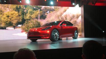 Honderden werknemers aan de deur gezet bij Tesla na productieproblemen Model 3