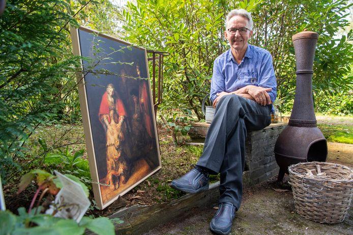 """Emeritus-predikant Robbert Jan Perk nam na 26 jaar afscheid van de kerkelijke gemeente in de Kruidenwijk. Hij toont het schilderij van de verloren zoon. """"Wat  zou ik graag die vader zijn geweest."""""""