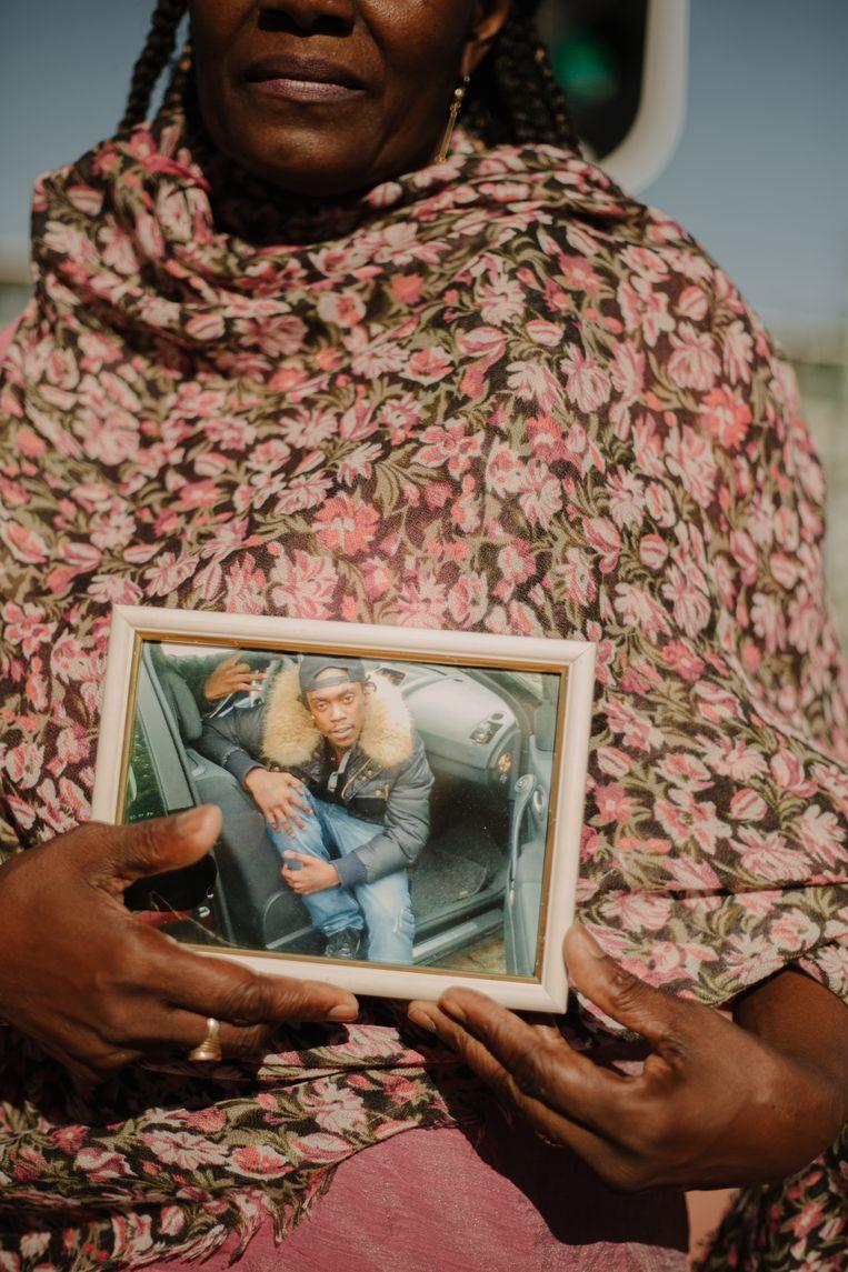 Sedney met een foto van haar zoon Isilnando. Beeld Desiré van den Berg