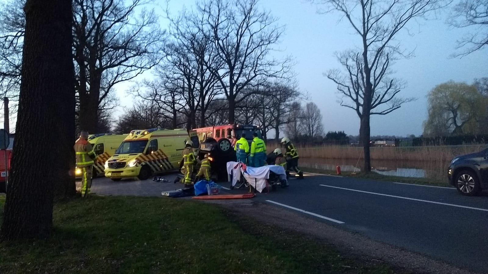 De auto ligt op zijn kop na het ongeluk in Loenen.