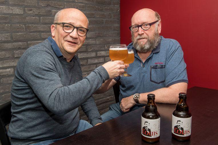 Bert Soete en Rik Vanblaere klinken op hun nieuwe biertje 'Onze Louis'.