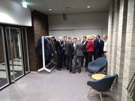 Overleg in de wandelgangen van het provinciehuis tijdens een eerdere bijeenkomst in januari: Gelderse gedeputeerden en initiatiefnemers van OnePlanet bespraken alle vragen die gesteld zijn.