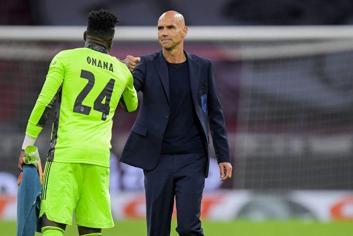 Vitesse-coach Thomas Letsch (rechts) feliciteert Ajax-doelman Andre Onana met de zege in de Arena.