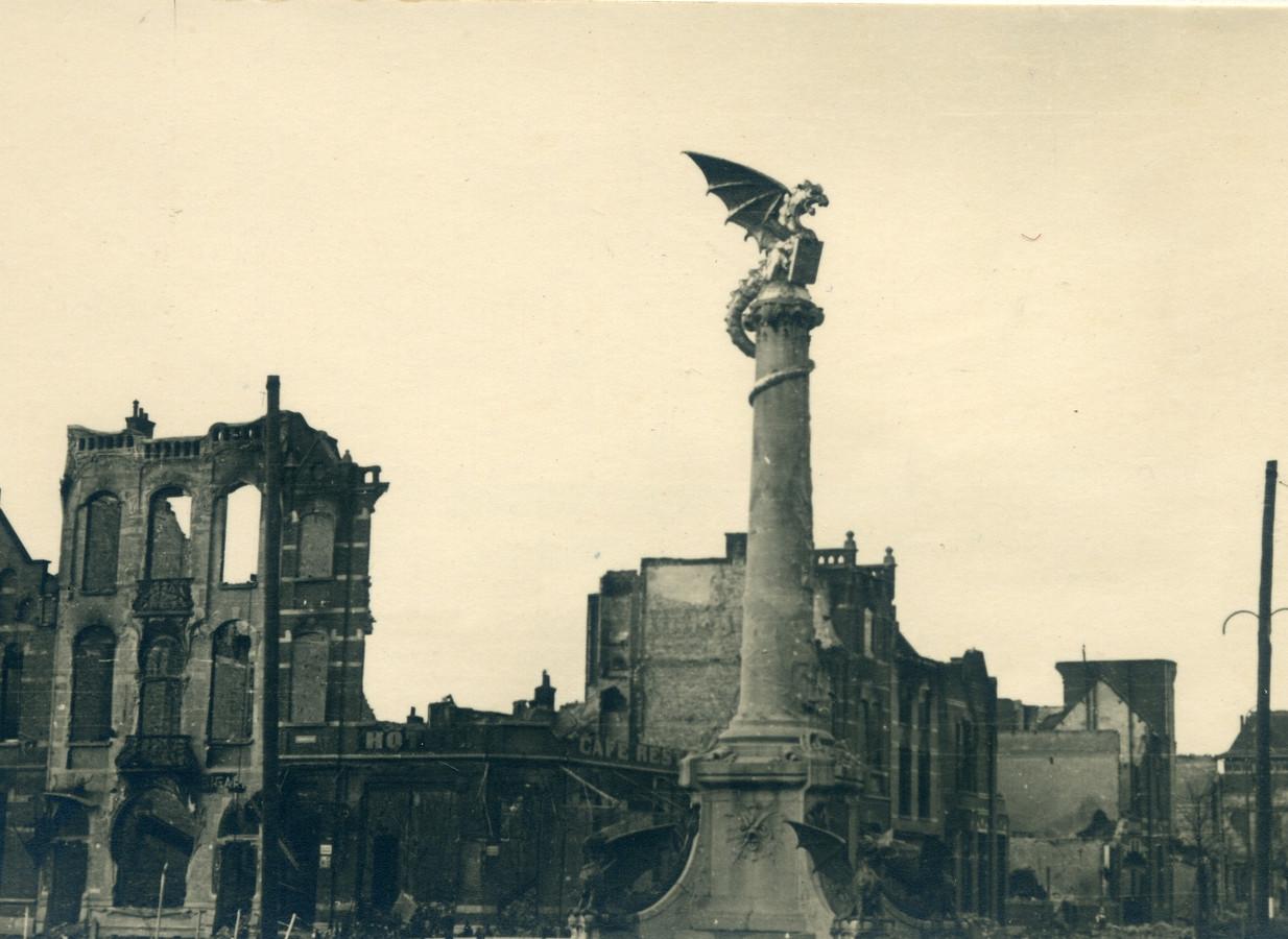 Rond de Draak was veel kapotgeschoten tijdens de bevrijding van Den Bosch.