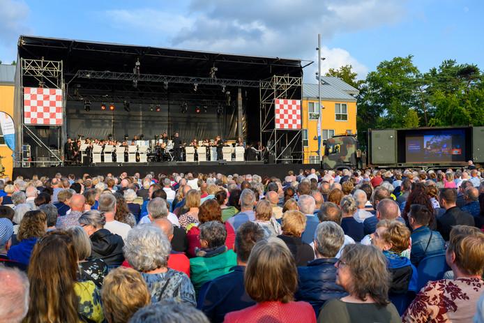 Orkest van de Koninklijke Luchtmacht speelt het fonkelnieuwe zomerprogramma 'Summer in the air'.