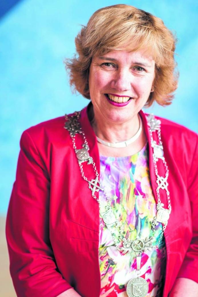 Anneke Raven is al ruim vijf jaar burgemeester van Hellendoorn. Ze is in voor een tweede termijn.