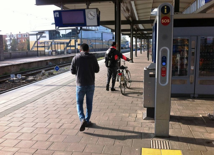 Een enkele verdwaalde reiziger waagt zich toch op het perron. Vergeefs: er vertrekt geen enkele trein uit Zutphen.