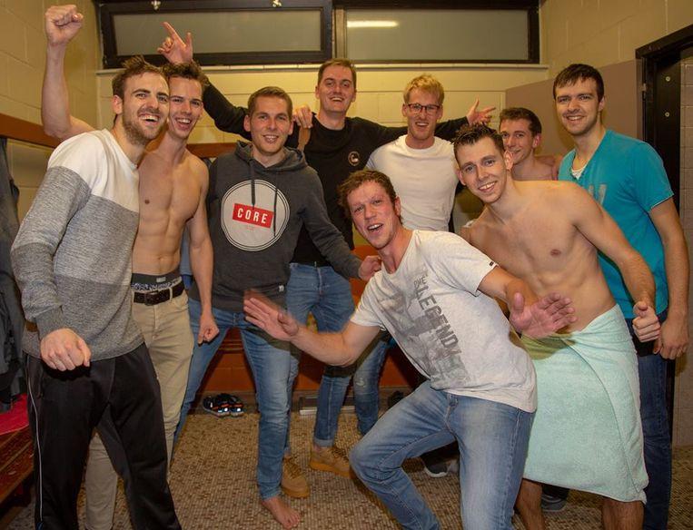 Jongeren van Volley Kokaz in een uitbundige  feeststemming.