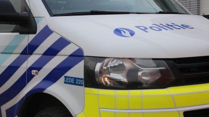 Agressieveling (23) weigert auto te verplaatsen: politieman naar ziekenhuis gebracht
