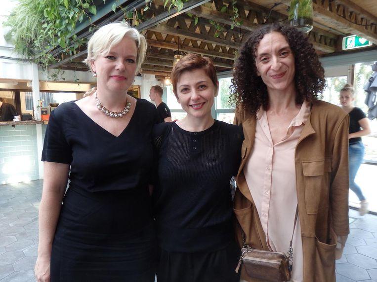 Maritska Witte (ICK): 'Nieuw-West is groot en veranderd. We dromen van een eigen plek, heel dichtbij.' Met ex-danseres Helena Volkov en dansresearcher Suzan Tunca. Beeld Hans van der Beek