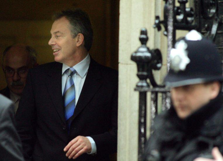 De Britse premier Tony Blair verlaat donderdag zijn ambtswoning op Downing Street. Blair is verhoord door rechercheurs van Scotland Yard over het mogelijk verkopen van aristocratische titels in ruil voor donaties aan zijn partij. (AP) Beeld