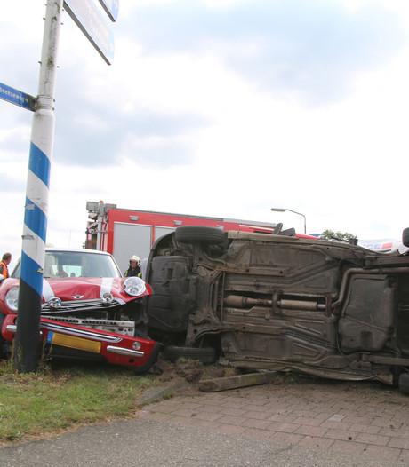Busje belandt op zijkant bij botsing in Overloon
