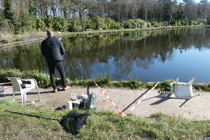 Vissers bij de Schutskuil krijgen een vak toegewezen dat is afgezet met roodwit lint.