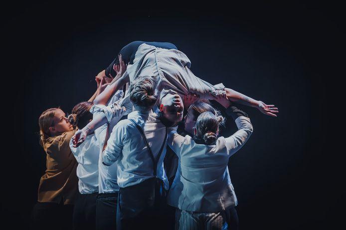 Avondvoorstelling van Roosendaal Danst! in De Kring. Studenten van de MBO Dans brachten een indrukwekkende choreografie.