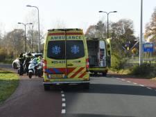 Scooterrijdster gaat onderuit in Enschede en belandt in ziekenhuis