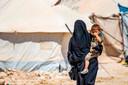 Een vrouw met kind in detentiekamp Al Hol in Syrië.