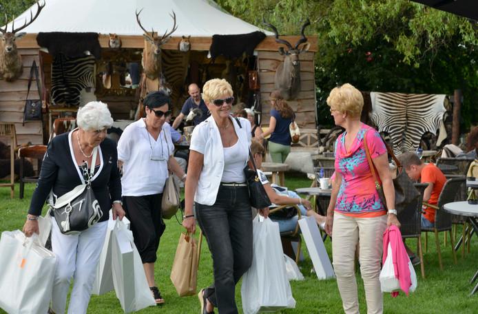 Deze bezoeksters aan de Landgoedfair zijn zo te zien goed geslaagd bij de standhouders.