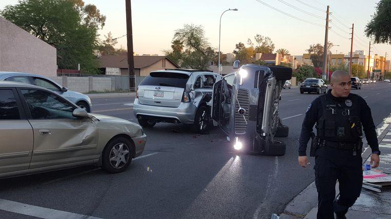Een zelfrijdende Volvo van Uber belandt in 2017 op zijn kant. Niemand raakt gewond. Beeld REUTERS