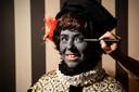 De 'finishing touch' bij het schminken van Grijze Piet bij Stichting Die Blide Incomst van Sinterniclaesz
