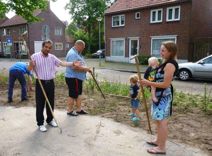 Jong en oud schoffelt rond het nieuwe Trefpunt aan de Burghtakkerdreef in Oisterwijk