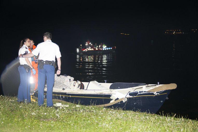 Agenten doen onderzoek bij een boot die betrokken was bij een aanvaring op de Vinkeveense Plassen. Beeld null