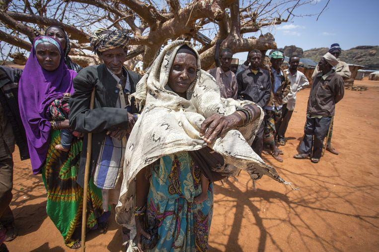 Doordat regens uitblijven kampen bewoners in grote delen van Kenia met enorme voedsel-en watertekorten. Het Rode Kruis geeft noodhulp en helpt lokale boeren daarnaast met het planten van droogtebestendige gewassen. Beeld ANP
