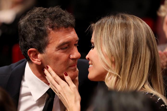 Antonio Banderas kust zijn Nederlandse vrouw Nicole Kimpel na de bekendmaking van zijn prijs als 'beste acteur'.