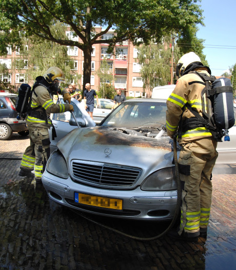 Mercedes vliegt in brand in Arnhem