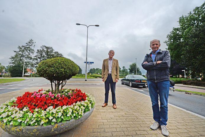 Jan Maathuis (links) en  Henk Semmekrot zijn al blij met de rotonde, maar zien nog liever dat er snel een rondweg komt.