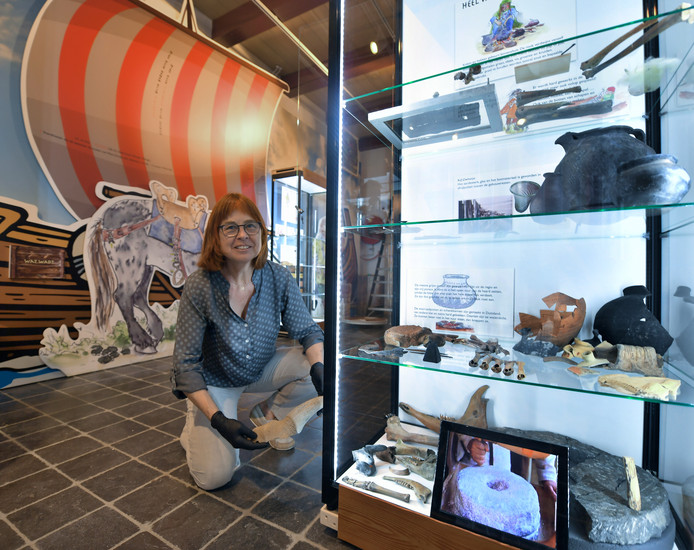 Conservator archeologische vondsten Aagje Feldbrugge van het Zeeuwsch Genootschap richt de tentoonstelling over de Vikingtijd in het ondergestoven dorp Walichrum in.