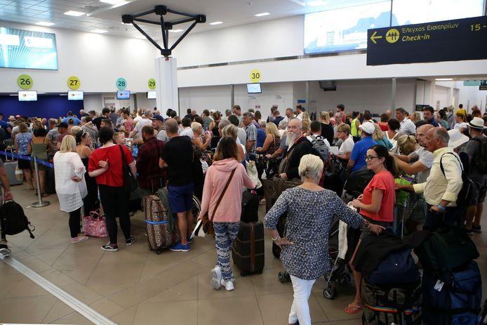 Britse toeristen staan aan te schuiven op de luchthaven op Corfu.
