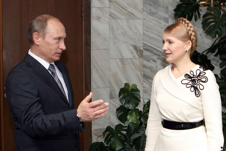 De Russische premier Vladmir Poetin samen met de Oekraïense voormalige premier Joelia Timosjenko in april 2009. Beeld afp
