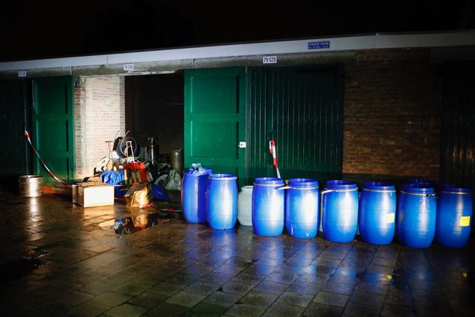 Opengewaaide deuren zorgden dat bewoners van de Petrus Dondersstraat in Eindhoven in januari opeens de beruchte blauwe vaten zagen staan in een garagebox