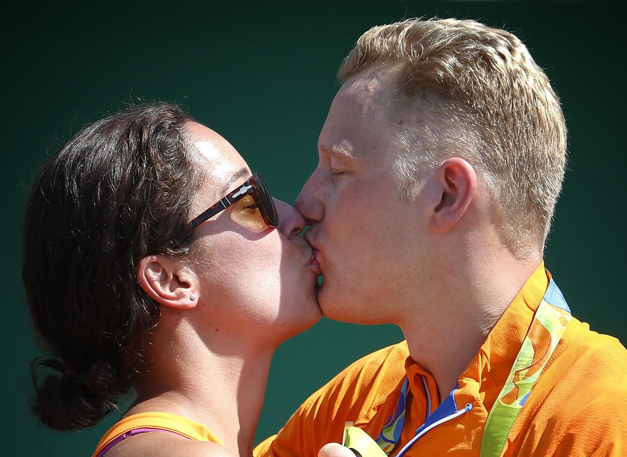 Ferry Weertman en Ranomi Kromowidjojo, nadat Weertman de gouden medaille heeft gepakt tijdens het openwaterzwemmen op de Olympische Spelen van Rio de Janeiro.