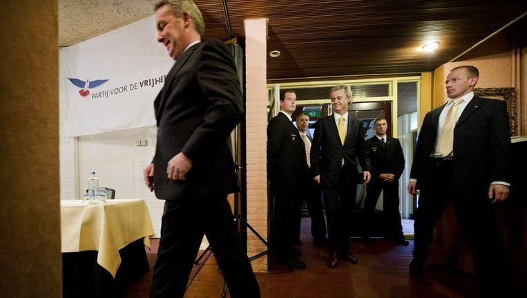 PVV-leider Geert Wilders (m) arriveerde vorige week vrijdag samen met de nieuwe lijsttrekker voor de Provinciale Staten in Friesland,Max Aardema (l), in hotel De Oorsprong in Sint Nicolaasga voor de presentatie van de PVV-kandidaten voor de Provinciale Statenverkiezingen in Friesland. Beeld anp