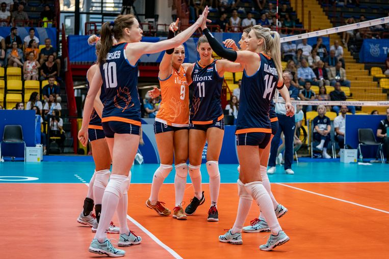 Het Nederlands team viert een behaald punt in de met 3-0 gewonnen wedstrijd tegen België. Beeld Ronald Hoogendoorn