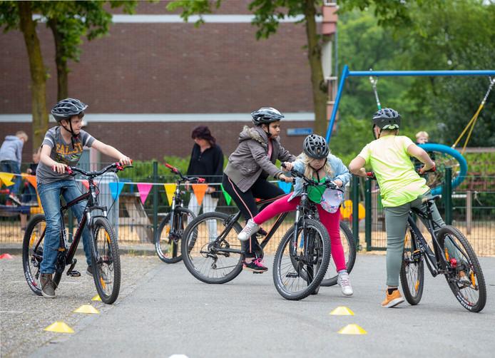 Kinderen krijgen les in mountainbiken in Ede.