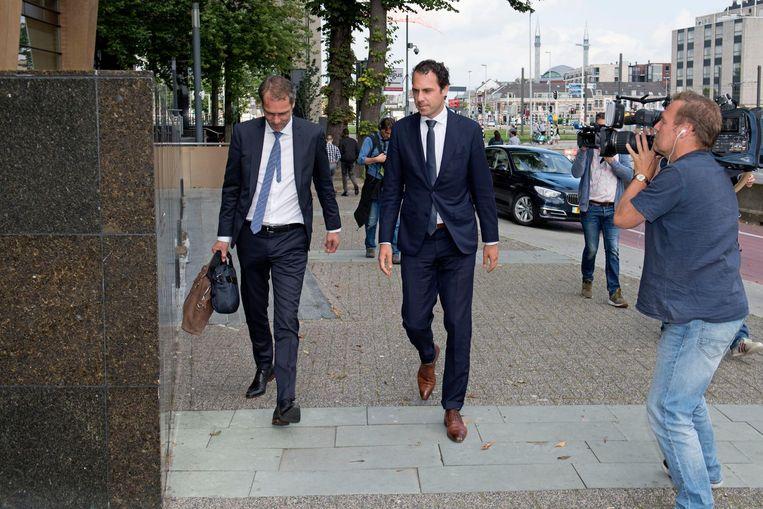 Staatsecretaris van Dam arriveert bij de Rijksdienst voor Ondernemend Nederland voor overleg met de pluimvleessector. Beeld anp