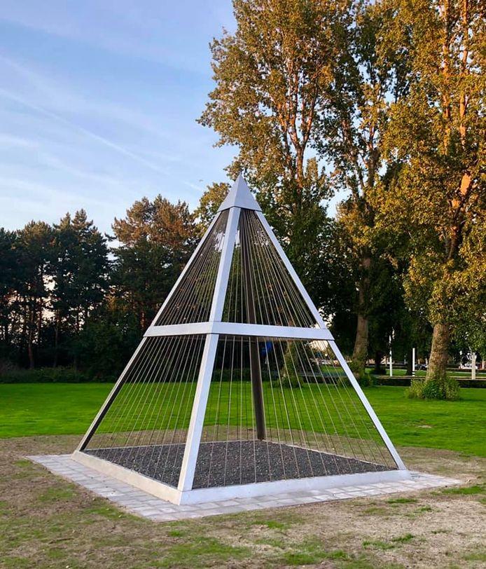 De piramide die onlangs in het plantsoen in Waalwijk verscheen is een werk van kunstenaar Cornelius Rogge.
