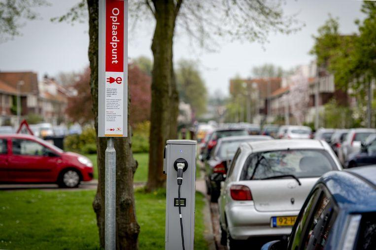 Een oplaadpunt voor elektrische auto's. Mannen tekenen vaker voor ander vormen van groen gedrag, zoals het afnemen van groene stroom (50 procent man; 46 procent vrouw) en het rijden in hybride auto (3 tegen 2 procent). Beeld ANP
