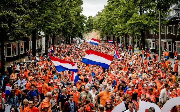 Duizenden supporters gingen in een stoet vanuit het centrum van Utrecht richting Stadion Galgenwaard.