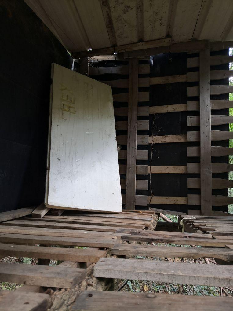 Verscholen in het Vrijbos in Houthulst heeft iemand een boomhut gebouwd. Een sober interieur.